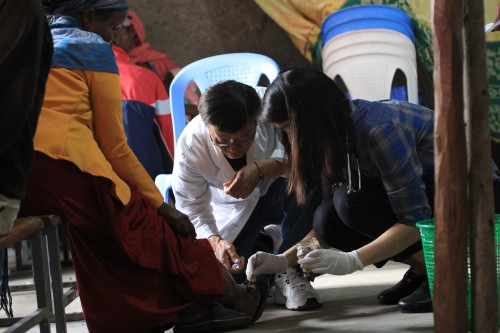 Picture 4: Mobile clinic in Hawassa: Day 2. Dressing change of an infected ulcer under the supervision of Dr. Shin (center).
